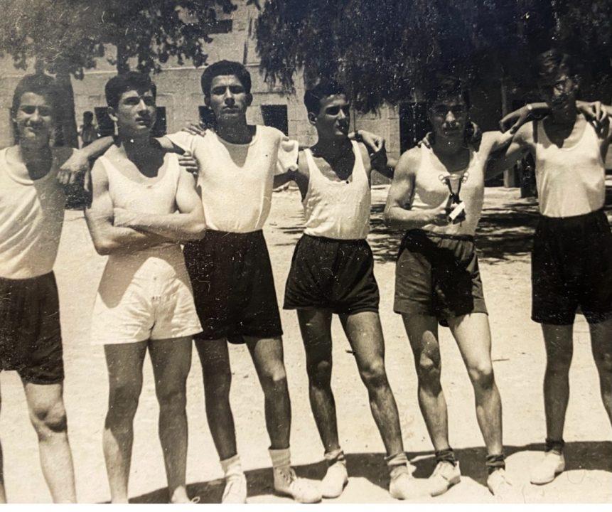1952 Çukurova Şampiyonu TAC takımı -Gün Kuran - Sunday Sütmen - Gabi Aburuz - kaptan Erol Erken (ağabeyim) - Ayhan Türeli (elinde şampiyonluk kupasını tutuyor) ve Toby