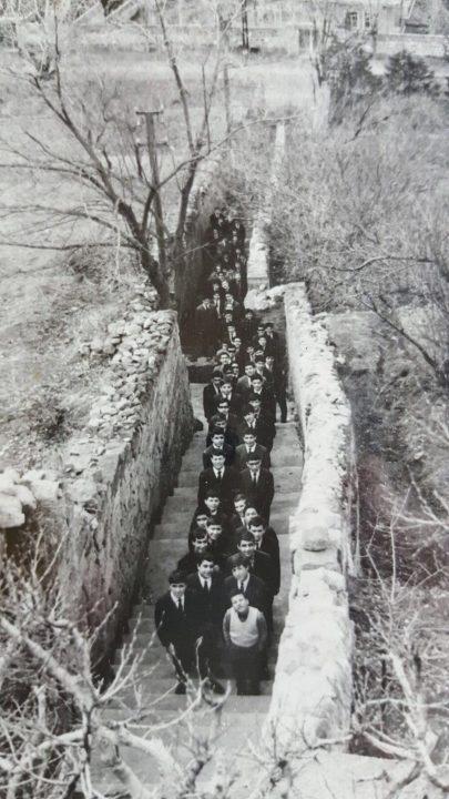 B Talas kapanırken aynı merdivenlerde Orta2 öğrencileri 1967
